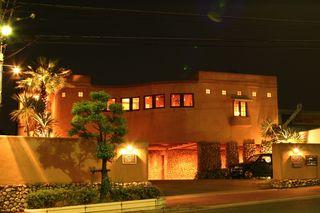タゴール - ライトアップされたレストラン外観