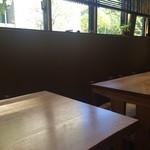 江戸前蕎麦 薫庵 - 大テーブル一つと、窓側に4人掛テーブルが3卓