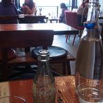 バリサイ カフェ - コンクリート打ちっぱなしのおしゃれなインテリア