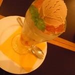 シャンデリア テーブル - 紅茶パフェ950円♪