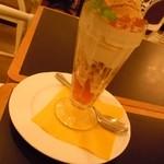シャンデリア テーブル - 紅茶パフェの中は こんな感じです♪