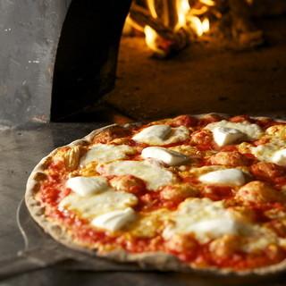 薪で焼くクリスピーなローマ風ピッツァ