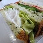手作りパンのお店 アンダンテ - 小松菜サンド