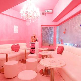 ピンクで可愛い店内