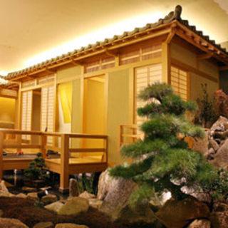 日本庭園にある個室でゆっくりと食事が楽しめる!