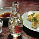 寿庵 - 料理写真:日本酒 箱根山一合(600円)と小田原ちくわの磯辺揚げ(390円)