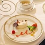 ディズニーアンバサダーホテル - ミッキーのケーキ クリームチーズのムース ラズベリーソース添え
