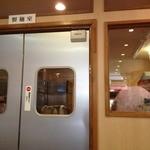 カドヤ食堂 本店 - 奥の製麺室に店主が!!