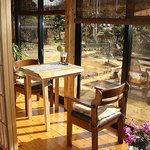 古民家カフェ&ダイニング 枇杏 - 縁側のテーブル席