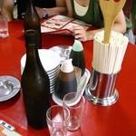 味仙 矢場店 - お冷は紹興酒の空き瓶で冷やして提供。
