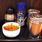 さっぽろ純連 - 卓上には、黒ごましお、胡椒、豆板醤と七味。