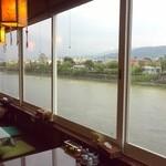 キンカーオ - 座敷スペースからは鴨川を眺められます♪
