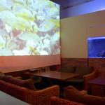 個室×和バル×串焼き ぷくぷく - 水槽と大きなスクリーンに映し出される映像に癒されます☆