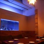個室×和バル×串焼き ぷくぷく - すべてのテーブル席から水槽が見れます♪