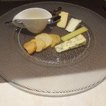 30590670 - ケーキ類が苦手な人には、特製デセール盛り合わせを、チーズ盛り合わせに変えてくれます♪