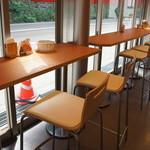 30600266 - カウンター席とテーブル席