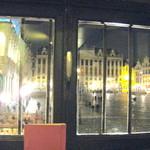 30604076 - 店の窓から市庁舎前広場を観る
