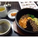 妻家房 - 石焼ビビンバ(980円)・・石焼ビビンバ(ご飯は少なめにして頂いています)・わかめスープ・キムチのセットです。