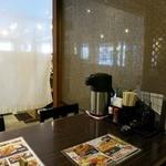 がってん食堂大島屋 - テーブル席を囲むカーテン