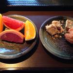 大地の恵 - フルーツ盛りと黒糖ワラビもち、サーダーアンダギー