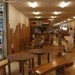 A-Zスーパーセンター フードコート・レストラン - 入口入ってすぐの店内の様子です。