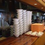 A-Zスーパーセンター フードコート・レストラン - 高く積まれたお皿とお盆です。