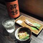 くおり家 - イワシの塩焼きとほうれん草おひたし。そして日本酒「酔鯨」。
