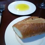 30637794 - パン 黒胡椒入りのオリーブオイルをお好みで