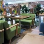 CAFE&KITCHEN ROCOCO - 私の座った側のテーブルは低めに作られソファー席も用意してあるんでお子様も利用しやすいように工夫されてますしもう一方のサイドには小上がりのお座敷席もありました