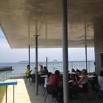 高浜アイランド ノモンズカフェ - 店の外はテーブル席になってますが注文出来るかどうかは未確認です。海水浴中休憩するのに良さそう