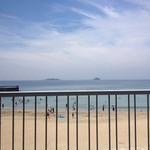 高浜アイランド ノモンズカフェ - 海水浴場は入江になっていて、全体を見晴らせるので子どもを遊ばせやすそう