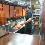 らぁ麺 すぎ本 - 1杯づつ、丁寧に叉焼を切っております (2014/09)