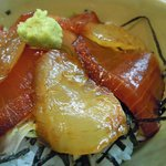 さかな道場 明石 - ランチ・漬け丼セットの漬け丼のクローズアップ