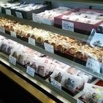 日進堂本店  - かなりの種類の和菓子が揃う。