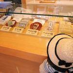 へんばや商店 - こちらのお店の名前は『へんばや商店』と言って、 へんば餅が名物なんだけど、 他にもお赤飯や、さわ餅などを売られています。  へんば餅、くださ~い!