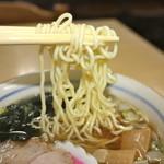 見晴しドライブイン - 縮れ麺はスープに絡み美味しい!次回は大盛りで食べたい