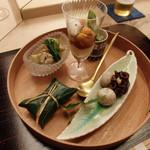 30665498 - くらげ雷和え、はもの冷しゃぶジュレ、渡蟹と加茂茄子の煮、                       鯵の笹巻寿司、蛸軟煮と京落小芋