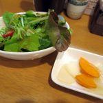 オニオンS - サラダセットのサラダとピクルス