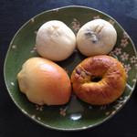 30671393 - クリームチーズとオレンジピールの白パン、豆パン、クリームパン、カボチャのベーグル