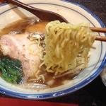 烈志笑魚油 麺香房 三く - かけラーメン(800円)麺リフト