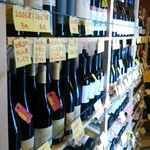 Somurienoyakuzaishigayatteruomisedesu - ひんやりしたワインセラーに多くのワインが眠ってます。