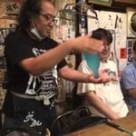 30679800 - 日本酒伝承の会会長も務める店長の岩井博さん