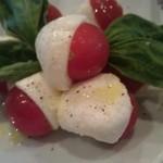 30681036 - トマトとモッツァレラ。トマトが包まれているようで可愛い