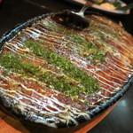 だるま屋 - だるま風山芋鉄板680円。ふわふわ山芋だけでできたお好み焼き風の1品。