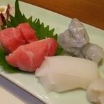 鮨所よし田 - お任せ500円の一品 刺身盛合せ・バチトロ・フグ・赤いか・ヤリイカ