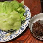 30682563 - 肉味噌レタス1000円は地鶏を包んで食べると美味しい!