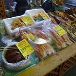 網走感動朝市食堂 - 筋子やカニ足も売ってます