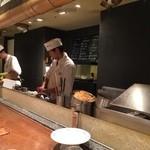 天ぷら新宿つな八 - 車エビと穴子は生きた状態をお客さんに見せてから調理します