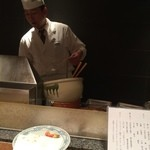 天ぷら新宿つな八 - カウンター席では目の前で揚げてくれます