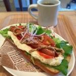 志津屋 - 野菜たっぷりホットドッグとブレンドコーヒー